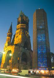 Berlin - Ruine der Kaiser-Wilhelm-Gedächtniskirche (1891-1895) mit Neubau (1961-1963) von E. Eiermann - © DZT/Lehnartz GbR