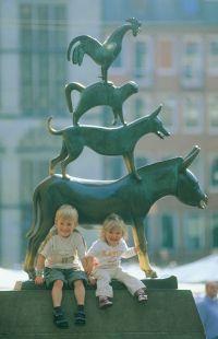 Bremen: Kinder mit den Bremer Stadtmusikanten - © Dirk Topel Kommunikation GmbH