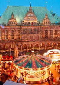 Bremen: Weihnachtsmarkt auf dem Marktplatz vor dem Alten Rathaus und Bremer Roland - © Torsten Krüger/DZT