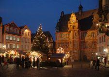 Hessen: Marburg an der Lahn, Weihnachtsmarkt am Rathaus - © Jochen Keute/DZT