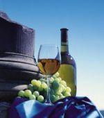 Saarland: Flasche Wein mit Weintrauben - © Tourismus-Zentrale Saarland