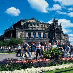 Sachsen: Dresden, Schlossplatz und Semper-Oper - © Norbert Krüger/DZT