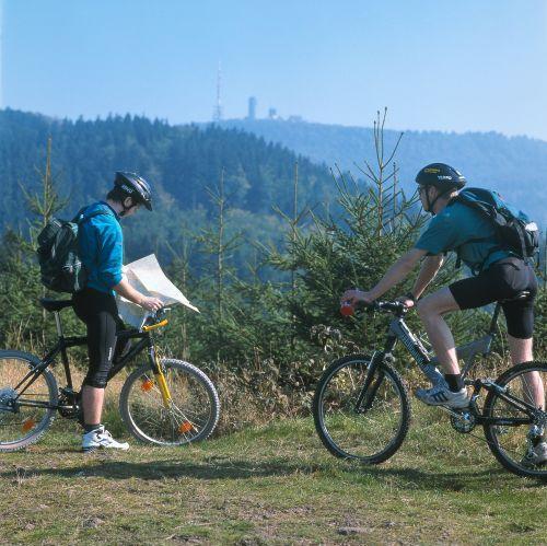 Thüringen: Radfahrer beim Radwandern im Thüringer Wald - © Thüringer Tourismus GmbH