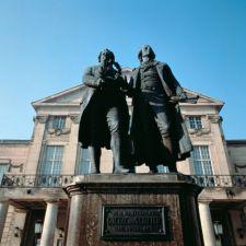 Thüringen: Goethe-Schiller-Denkmal in Weimar - © Thüringer Tourismus GmbH
