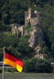 Welterbestätte Schlösschen Rheinstein mit Bundesfahne - © DZT/Marth